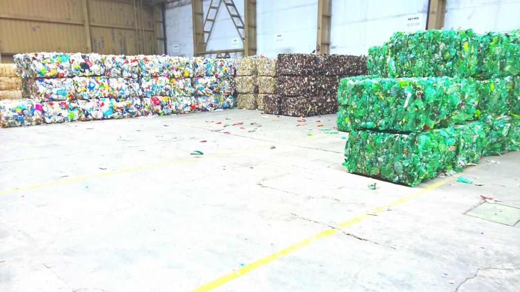 balíky slisovaných petlahví podle barev.. v každém balíku je 2-3 tisíce lahví